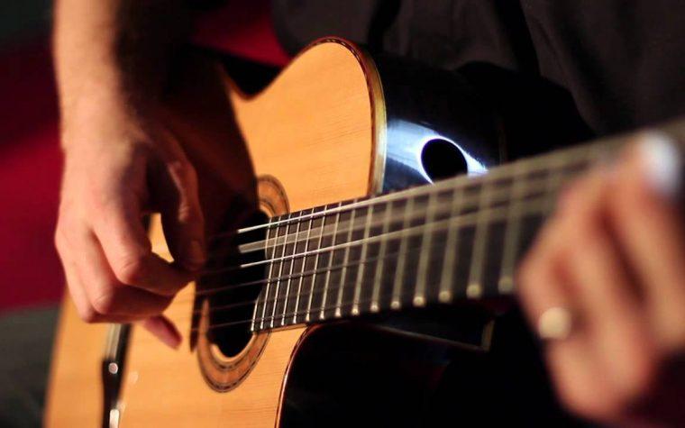 Renato De Chiara che suona la chitarra